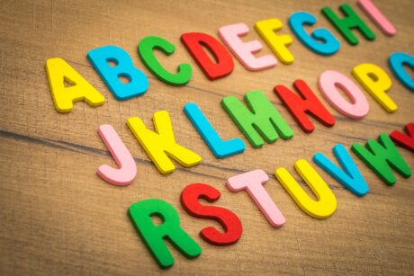 Das Alphabet in bunten Holzbuchstaben