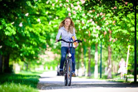 Boku-Studentin Valerie fährt auf Fahrrad