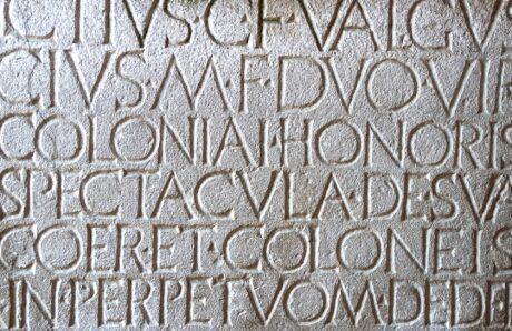 Steintafel mit lateinischer Schrift