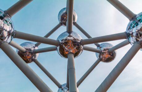 Bildausschnitt eines großen Atommodels als Skulptur