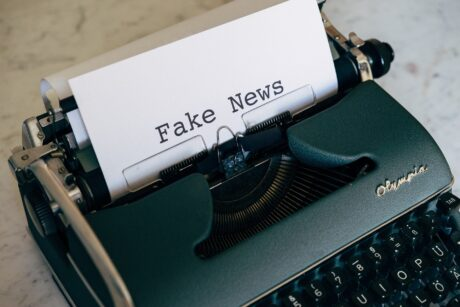 """Eine Schreibmaschine, auf dem eingespannten Blatt steht """"Fake News"""""""