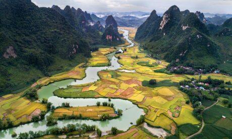 ein Fluss in einer Landschaft