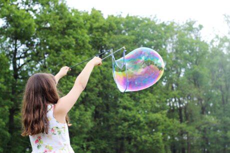 Mäedchen macht Riesen-Seifenblase