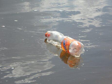 eine leere Plastikflasche schwimmt im Wasser