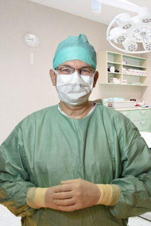 Chirurg in Schutzkleidung
