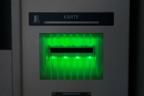 der Kartenschlitz eines Bankomaten ist beleuchtet
