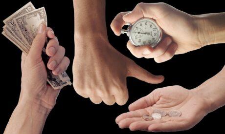 Handel dargestellt mit Händen: zwei halten Geld, eine eine Stoppuhr, eine hält den Daumen hoch.