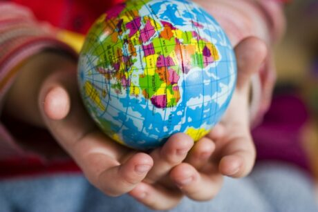 ein Globus wird in der Hand gehalten