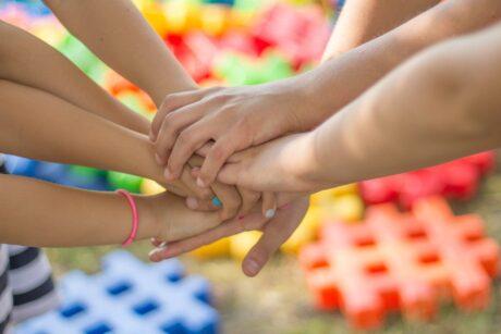 mehrere Hände greifen zusammen