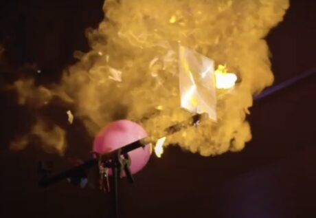 Schnappschuß beim Experiment, in dem fokussiertes Licht einen Luftballon zerplatzen lässt
