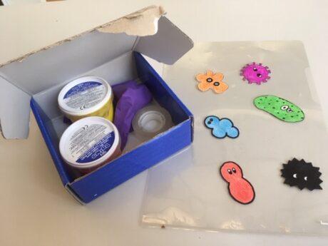 Fingerfarben, Luftballon, Tixorolle, gezeichete Mikroorganisamen