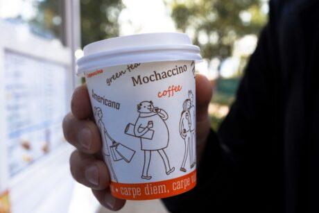 Pappbecher mit Kaffee