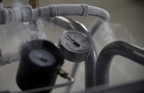 Schläuche des Stickstoffbehälters mit Temperaturanzeige
