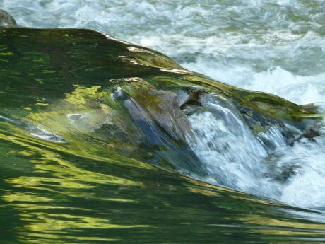 unruhiges Wasser beim Ufer