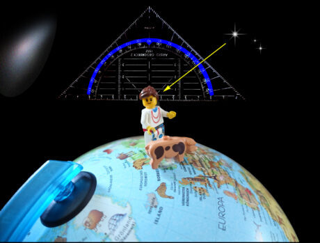 Ein Lego-Männchen steht auf einem Globus. Im Hintergrund ist ein Geodreieck. Ein Pfeil zeigt den Winkel zu einem bestimmten Stern.