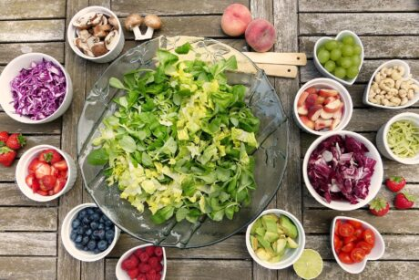 Schüsseln mit unterschiedlichem Obst und Gemüse