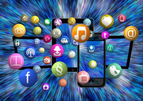 Illustration soll das Internet darstellen. Verschiedene Symbole, wie Musiknoten, kommen aus einem Smartphone.