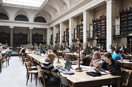 Studierende beim Lernen im Lesesaal der Universitätsbibliothek