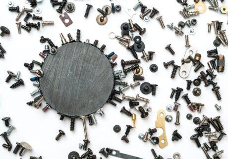 Magnet zieht Metallteile an