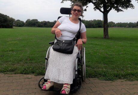 Isabella im Rollstuhl