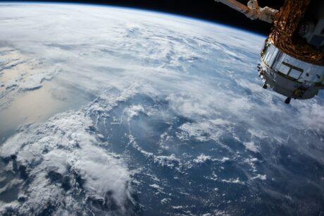 ein Satelit über der Erde