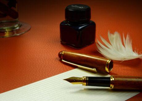 Füllfeder, Papier und Tintenfass