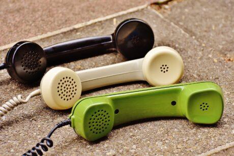 Telefonhörer in verschiedenen Farben