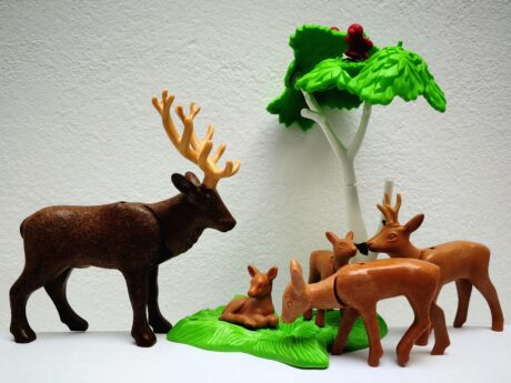 Eine Waldszene aus Plasik mit Tieren