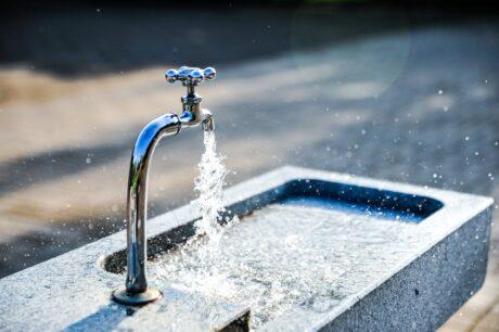 Wasserhahn mit sprudelndem Wasser