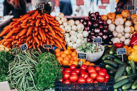 Ein Marktstand mit buntem Obst und Gemüse