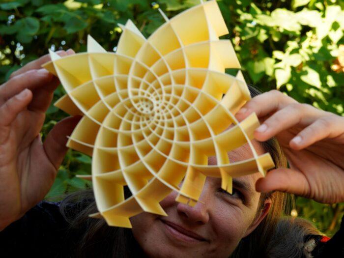 Gudrun Szewieczek mit einer 3D-Figur eines Koordinatensystems