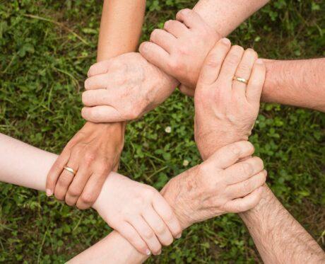 Hände halten sich gegenseitig und bilden Kreis