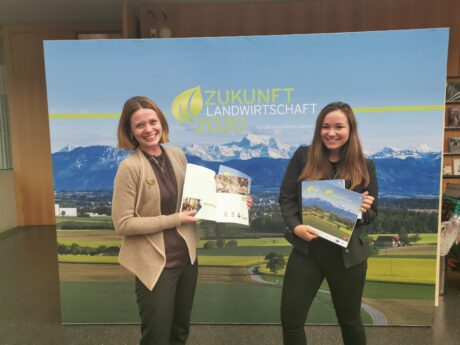 Julia Anna Jungmair und Vera Kasparek-Koschatko vor einem Plakat mit dem Titel: Zukunft Landwirtschaft 2030