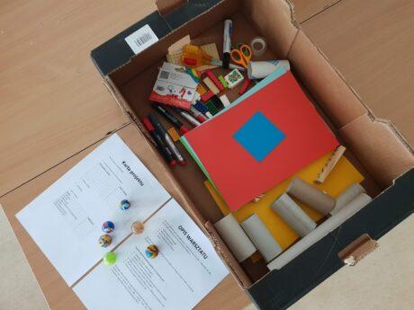 ein Karton mit Material zum Bau einer Kugelbahn