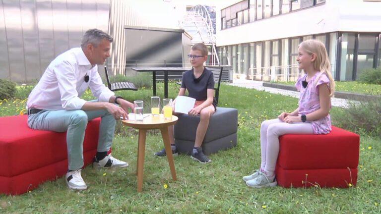 Thomas Arnoldner, Leonhard und Lina unterhalten sich in einem Sesselkreis auf der grünen Wiese im A1 Headquarter