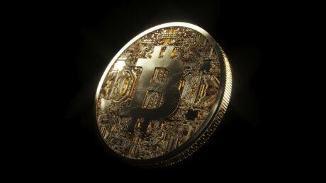 Goldenes Bitcoin Münze mit Bitcoin Logo oben drauf