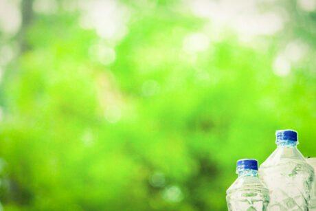 Wasserflaschen vor grünem Hintergrund